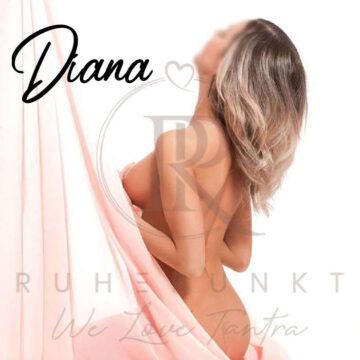 Diana oben ohne, die Brüste mit den Händen und einem rosa Tüllstoff bedeckt