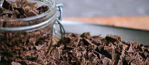 Geraspelte Schokolade in einem Glas für eine geschmolzene Schokoladen Massage.