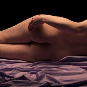 Ein schöner Frauenpo von hinten in einem schönen Ambiente. Entspannender Start für eine Hoden Massage.