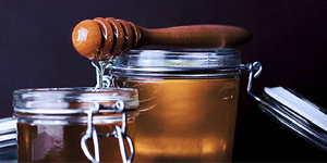 Ein Honigtopf bereit für eine süße Honig Massage.