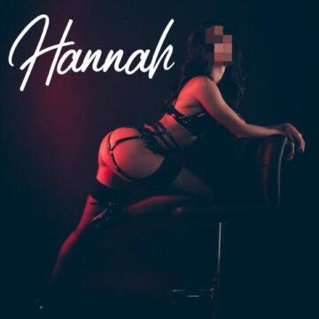 Hannah lehnt über einen Stuhl. Sie ist nur mit Lederreizwäsche bekleidet.