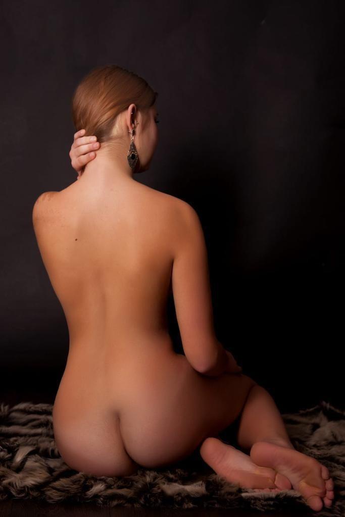 Elena hat einen schönen Rücken.